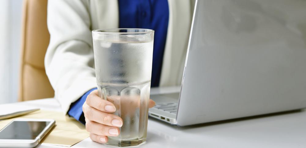 zimna woda dla pracowników podczas upałów